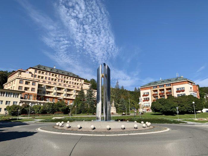 Kruhový objezd před radnicí a hotel Palace Luhačovice