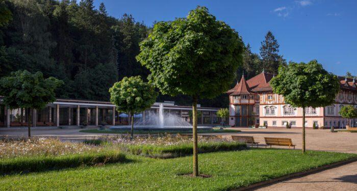 Lázeňský park - pohled na kolonádu a Jurkovičův dům