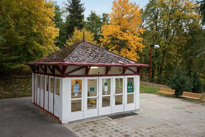 Minerálka Aloiska v Luhačovicích – altán s obsluhou v parku