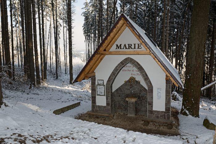 Pramen Marie Luhačovice - altán v lese, zimní období