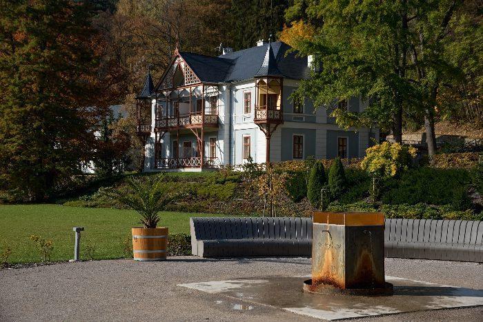 Pramen Nový Jubilejní Luhačovice v pozadí Vila Alpská Růže