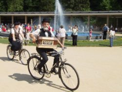 Otvírání pramenů - cyklista flašinetář na Lázeňském náměstí