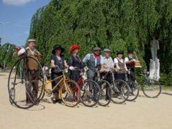 Účastníci otvírání pramenů u sochy MUDr. Františka Veselého, historická kola, historické kostýmy