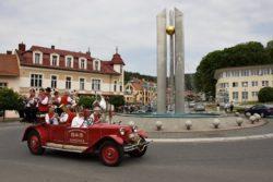Otvírání pramenů - dechová hudba projíždí Luhačovice historickým hasičským vozem.