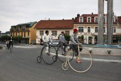 Otvírání pramenů - velocipedisté na historických strojích projíždí centrem města.