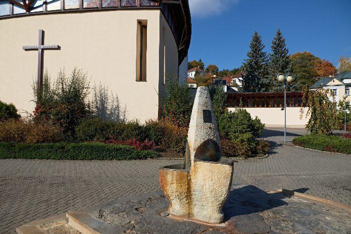 Pramen Svatý Josef před kostelem Svaté Rodiny v Luhačovicích