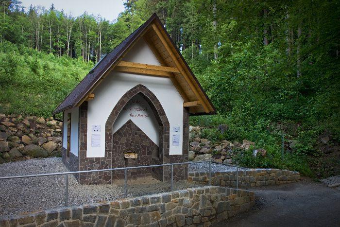 Minerální pramen Viola v Luhačovicích - altán v lese