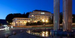Noční pohled na hotel Palace v Luhačovicích, fontána na nám. 28. října